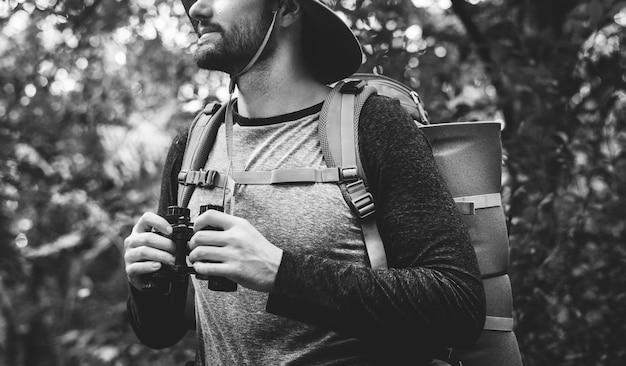 Trekking in einem wald
