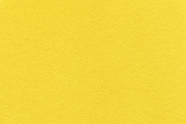 Trendfarbe des jahres 2021 leuchtend gelb. textur des alten papierhintergrundes, makro.