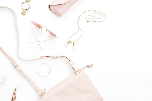 Trendige accessoires der damenmode setzen geldbörse, sonnenbrille, uhr, armband, halskette, lippenstift, ohrringe auf weißem hintergrund. flache lage, ansicht von oben