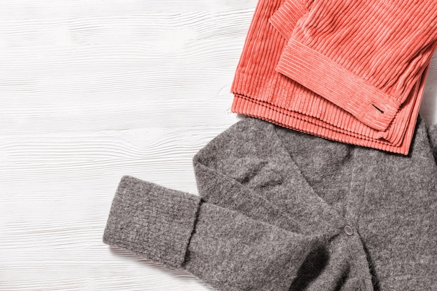 Trendige cordhose und warmer wollpullover