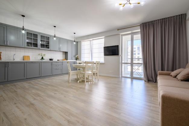 Trendige graue und weiße moderne küchenmöbel im studio-apartment