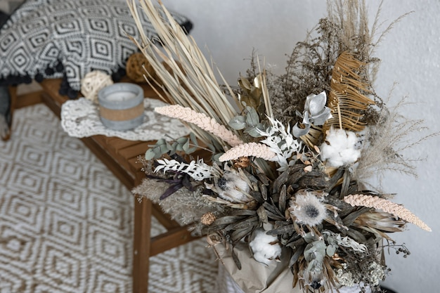 Trendige komposition aus getrockneten blumen, wohnkultur, ein lang anhaltendes geschenk aus blumen und kräutern.