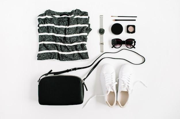 Trendige mode schwarz gestylte frauenkleidung und accessoires-kollektion auf weißem hintergrund. flache lage, ansicht von oben.