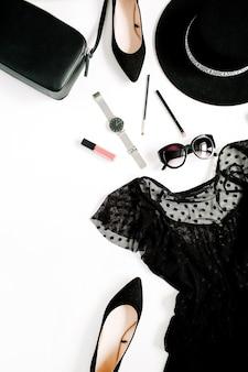 Trendige mode schwarz gestylte frauenkleidung und accessoires-kollektion auf weißer oberfläche. flache lage, ansicht von oben. kleid, high heels, sonnenbrille, handtasche, uhren.