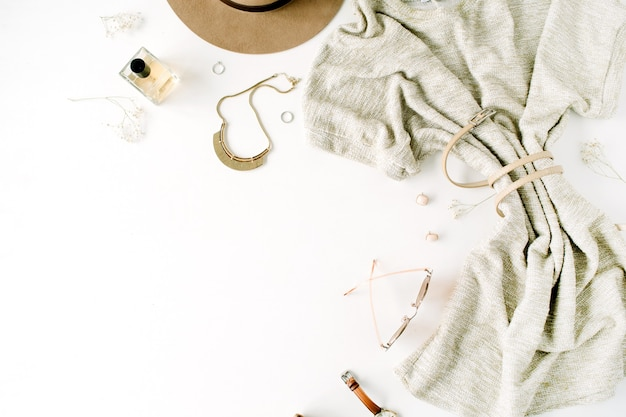 Trendige modekleidungscollage der frau auf weiß