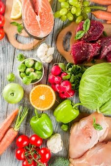 Trendige pegane ernährung, fleisch, eier, meeresfrüchte, milchprodukte und verschiedene frische gemüsesorten