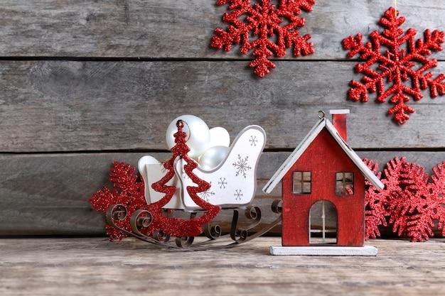 Trendige weihnachtsdekoration auf holzuntergrund
