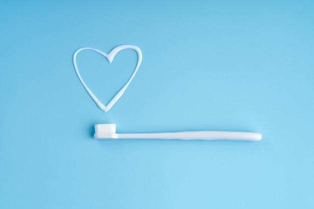 Trendige zahnbürste mit weichen borsten. beliebte zahnbürsten. hygienetrends. draufsicht mit zahnpasta.