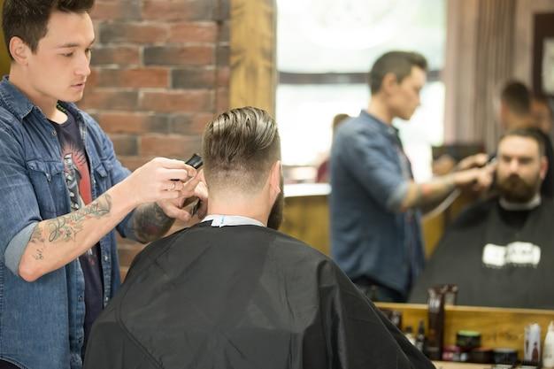 Trendiger haarschnitt im friseursalon