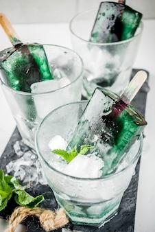 Trendiges essen, asiatische vegane desserts, hausgemachtes eis am stiel mit algen-spirulina