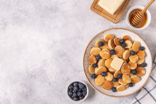 Trendiges frühstück mit minipfannkuchen und blaubeeren, draufsicht.