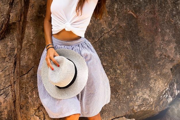Trendiges outfit frau, modedetails, hut, modeuhr und rock