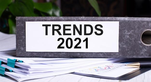 Trends 2021 wird in einen grauen ordner neben dokumenten geschrieben. unternehmenskonzept