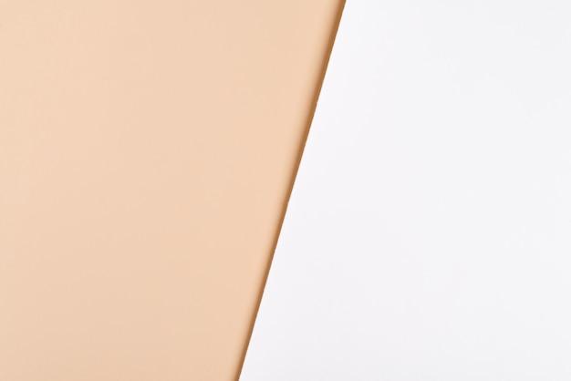 Trendy duotone weiß beige papierhintergrund. platzhalter-modell für produktankündigungen. minimalistischer stil