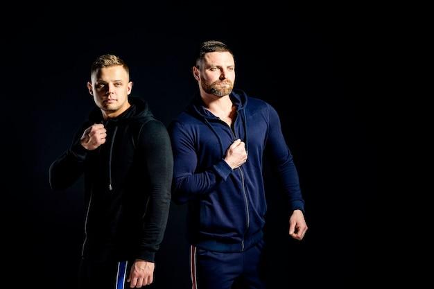 Trendy ernste männer in stilvollen sportanzügen