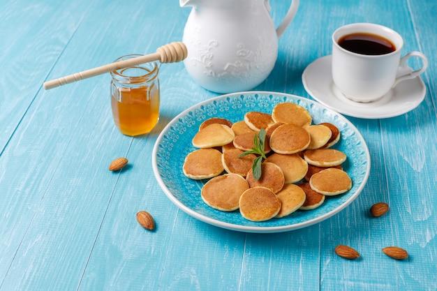 Trendy food - mini-pfannkuchen-müsli. haufen müsli pfannkuchen