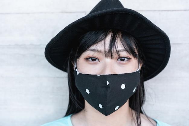 Trendy frau, die schützende gesichtsmaske trägt