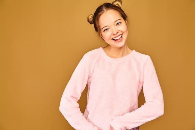 Trendy frau in lässigen niedlichen rosa kleidung