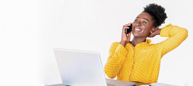 Trendy geschäftsfrau, die am telefon, heimbüro, fahnenschablone spricht
