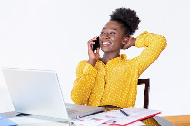 Trendy geschäftsfrau, die am telefon, heimbüro spricht