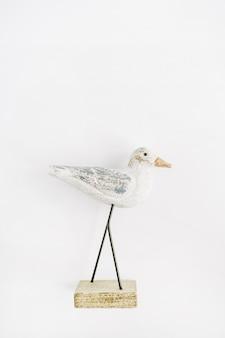 Trendy innenfigurenholzvogel auf weißer oberfläche