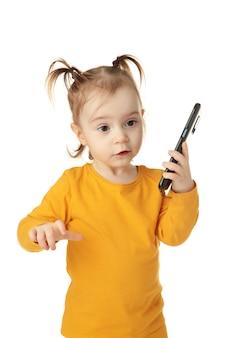 Trendy kleines mädchen mit smartphone isoliert. draufsicht. nahansicht