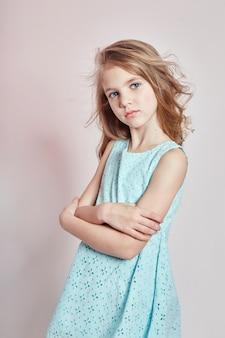 Trendy mädchen, kindermode und kleidung