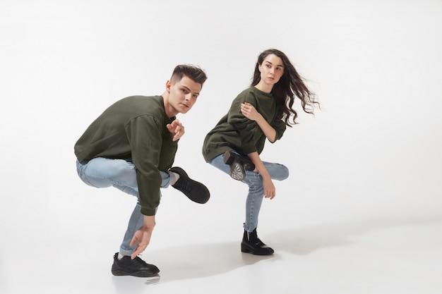 Trendy modisches paar posiert