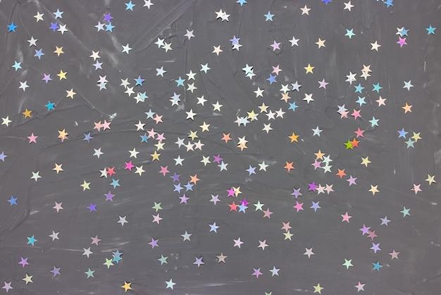 Trendy silberfolie konfetti sterne auf schwarzem hintergrund