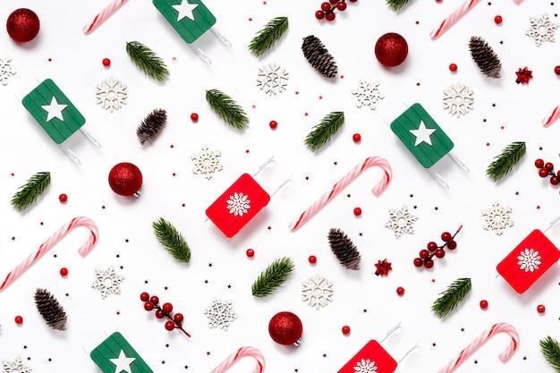 Trendy weihnachtsmuster mit winter- und neujahrsspielzeug auf abstraktem hintergrund.