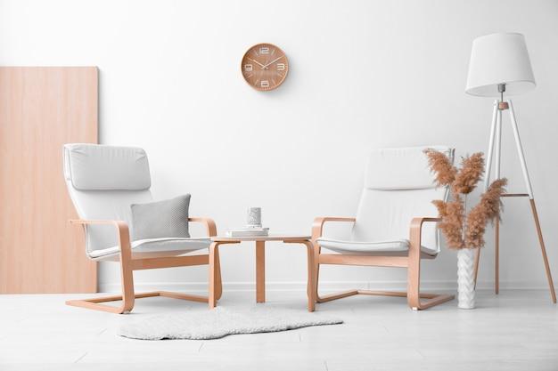 Trendy zimmer interieur mit modernen weißen sesseln
