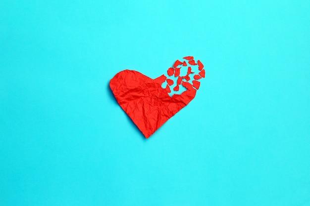Trennungs- und scheidungsikone des defekten herzens trennungskonzept. rotes zerknittertes papier, geformt wie eine zerrissene liebe