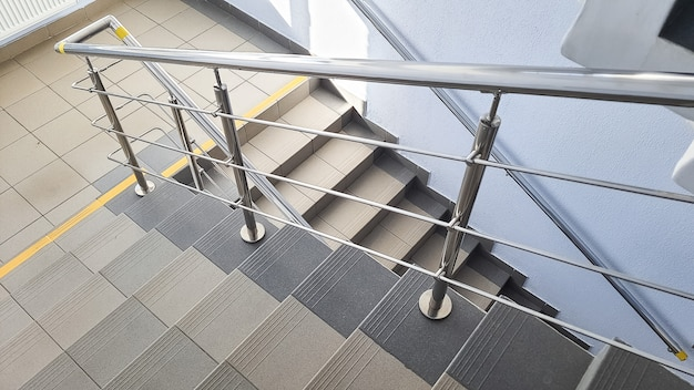Treppe am eingang eines mehrstöckigen gebäudes. treppen im treppenhaus. treppe im gebäude. treppe in einem modernen gebäude. leeres treppenhaus in einem ruhigen gebäude.