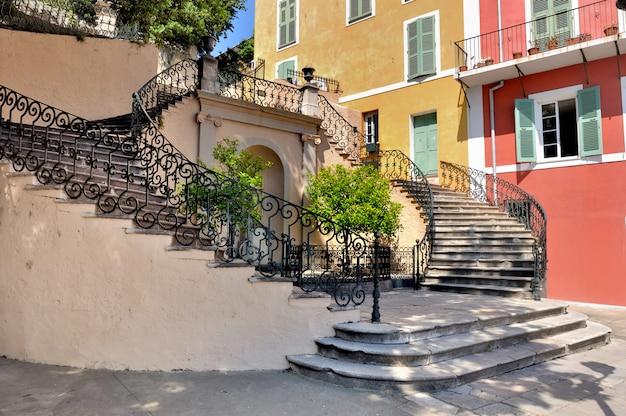Treppe auf einem platz der bastia in korsika