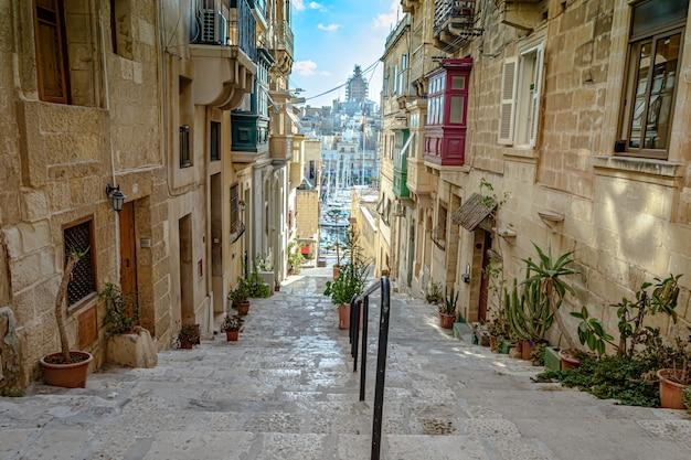 Treppe einer gasse von wohngebäuden in valletta, malta