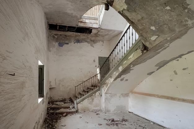 Treppe eines alten und zerstörten gebäudes