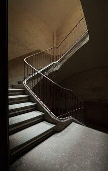 Treppe eines großen verlassenen hauses