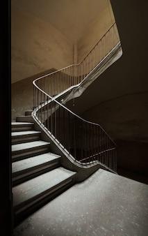 Treppe eines verlassenen gebäudes