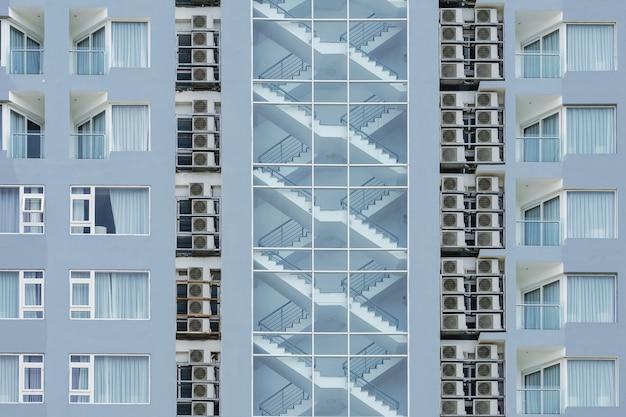 Treppe feuerleiter im inneren des hohen eigentumswohnungsgebäudes