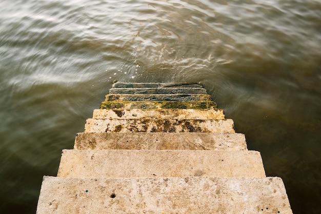 Treppe hinunter zum fluss