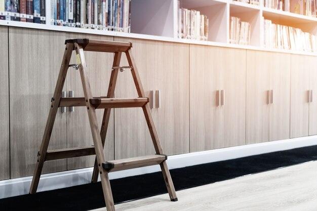 Treppe mit büchern in der öffentlichen bibliothek mit bücherregalen. stapel von literaturtexten zum lesen von büchern an der universität