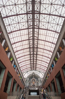 Treppe und rolltreppen im berühmten renovierten antwerpener hauptbahnhof, belgien