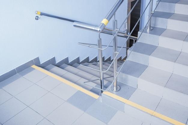 Treppe. warten, um die treppe hinunterzugehen. bodentreppe für notausgang und gemeinsame treppe mit treppe nach unten