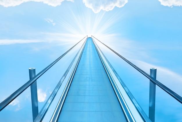 Treppe zum himmel mit blauem himmel, wolken und gottsonnenlicht. religionskonzept