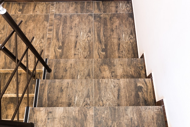 Treppen-architektur führt gebäude einzeln auf