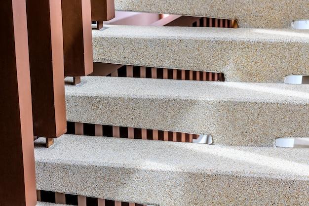 Treppenhaus aus gewaschenem kies, leiter hoch