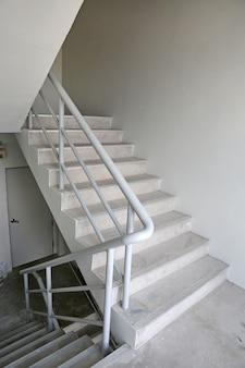Treppenhaus feuerleiter in einem modernen gebäude
