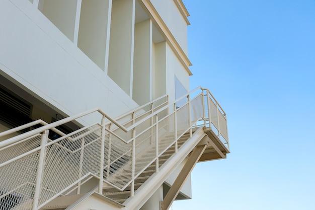 Treppenhaus für not- oder notausgang außerhalb des gebäudes