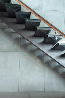 Treppenhaus im modernen landhaus- und zementwandhintergrund