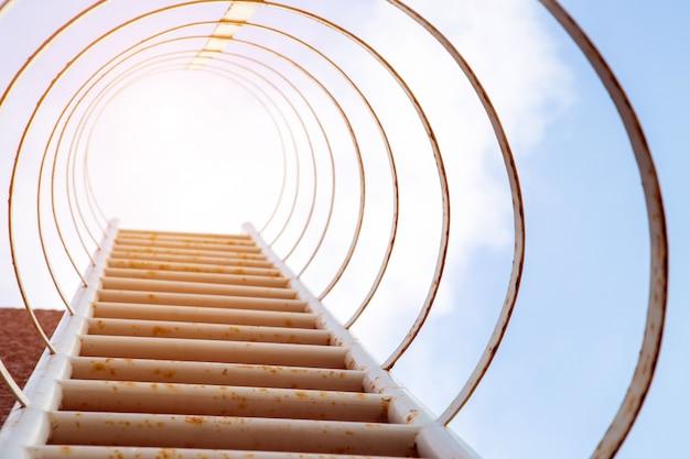Treppenstufe zum himmel auf hohem gebäude